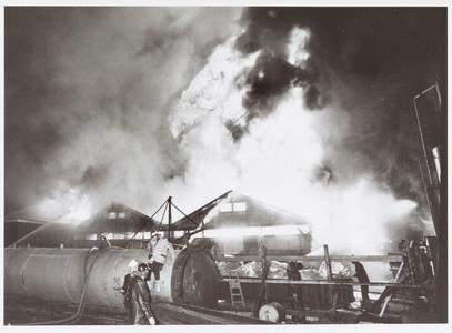 WAT001014278 De enorme brand in de teer- en verffabriek Touwen in Zaandam.ZAANDAM. — Een felle brand heeft gisteravond ...