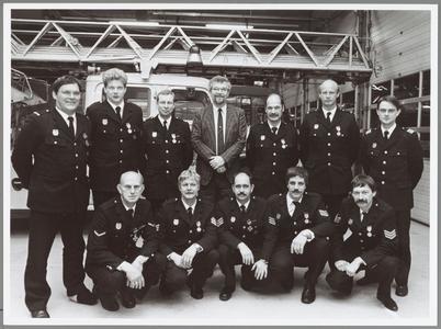 WAT001014291 Medailles Brandweer.Burgemeester Th. van Dam te midden van de onderscheiden brandweerlieden. Zittend ...