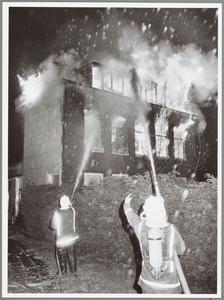 WAT001014312 Brand in het voor het Rode Kruis gebouw aan de Purmersteenweg.Krant donderdag 12 oktober.Jongens bekennen ...