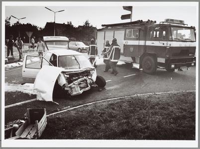 WAT001014302 branweer schiet te hulp bij een auto ongeluk.