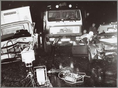 WAT001014304 Brandweerlieden in actie na een ongeluk tussen een personenwagen en een vrachtwagen (veevervoer)