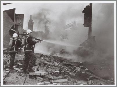 WAT001014341 Brandweerlieden aan het blussen.