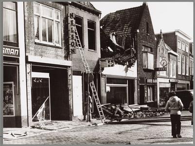 WAT001017548 Een grote uitslaande brand in Breedstraat 5-11, t.w. Nelson Schoenhandel, Engel Boetiek, Bartels Bakkerij ...