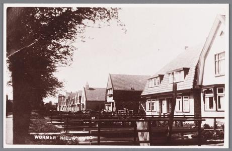 WAT002000087 Nieuweweg, derde huis van links, het huis van melkboer Jan Kok, daarnaast de Christelijk Gereformeerde ...
