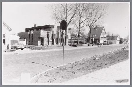 WAT002000466 Links Zandweg nummer 6, daarnaast Zandweg nummer 4, pand van de Nederlandsche Middenstandsbank N.V. NMB, ...