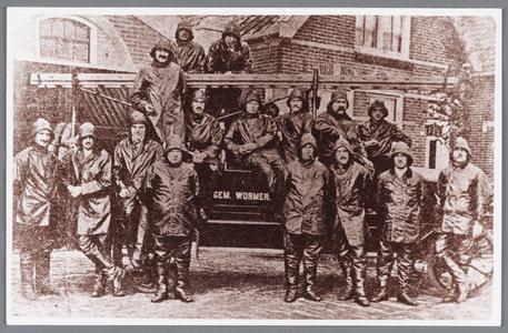 WAT002000509 De vrijwillige Brandweer voor hun kazerne in mei 1924. Foto bovenste rij staand achter de brandweertrap, ...