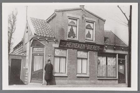 WAT002001065 Net over de Middentil, café Matje en kapperswinkel van Freek Bos met vooraan mevrouw Ger Bos-Kabel. ...