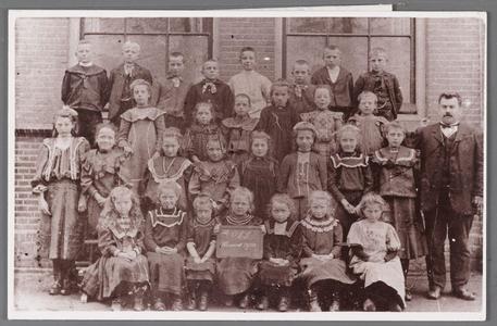 WAT002001213 Openbare Lagere School Oost.Dit was de enige school in Wormer waar ouders met Katholieke achtergrond hun ...