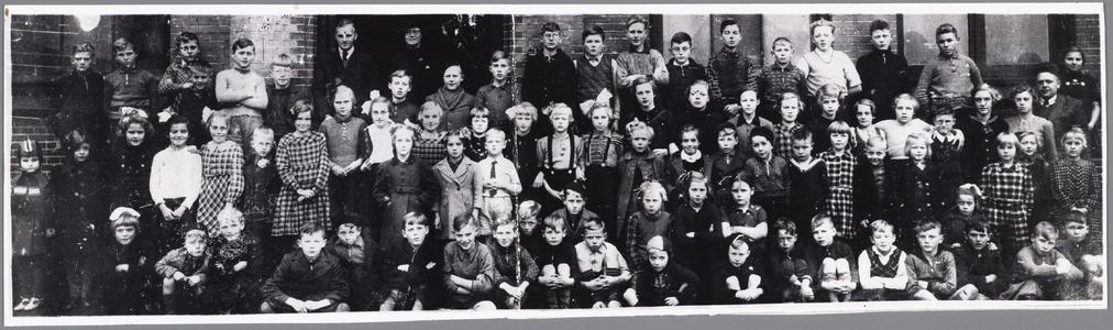 WAT002001226 Laatste foto van School Oost daar de school was afgekeurd moesten de kinderen vanaf de Mariastraat de ...