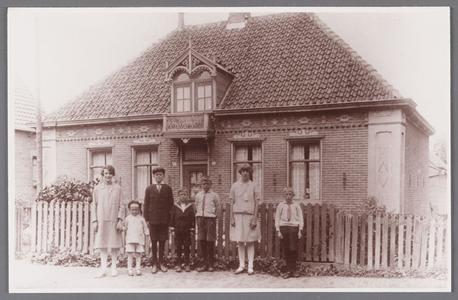 WAT002001292 Familie Rozemeijer, Dorpsstraat (oud) nummer 188 (later huis van Jan Daas).Vader Albert Rozemeijer (1883), ...