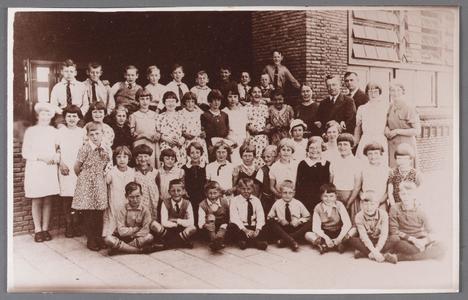 WAT002001404 Klassenfoto.Katholieke Maria School (klassen K en L) in Wormer rond 1935. Op de foto: bovenste (vierde) ...