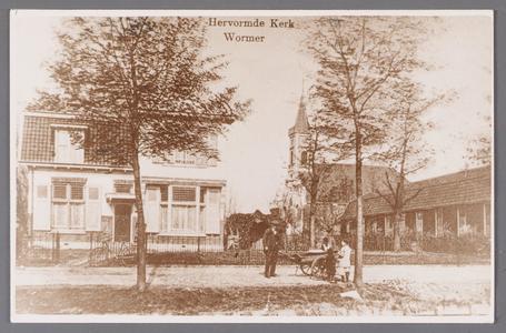 WAT002001661 Foto links; Hervormde pastorie uit 1912 (Dorpsstraat 415) in het midden; de Nederlands-hervormde kerk ...