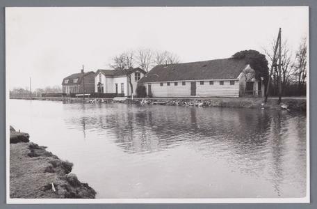 WAT002001957 Rechts voor: de molenschuur van Pelmolen ''De Wandelaar'', schuur gesloopt in 1972.Daarnaast de Witte ...