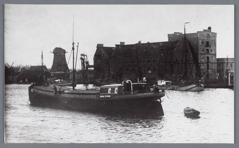WAT002002167 Gortfabriek Mercurius met molen de Spatter tijdens de sloop.Op de voorgrond binnenvaartschip de Dageraad ...