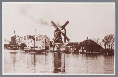 WAT002002177 De Zaan met zicht op molen de Jonge Wolf, links en molen De Witte Duif, rechtsMolen De Jonge Wolf is ...