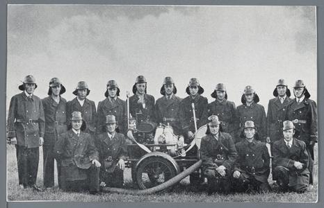 WAT002002755 De Vrijwillige brandweer op 30 maart 1948 ter gelegenheid van het aanpassen van de nieuwe uniformen. In ...