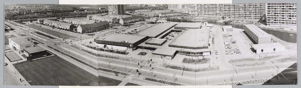 WAT001017683 Gezicht op Kennedyplein met Makado winkelcentrum en Kruisgebouw.Midden voor: de Spar.Rechts vooraan: ...