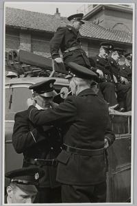 WAT001018044 Vrijwillige brandweer. Nieuwe uniformen. Op de wagen v.l.n.r. Aart Wals, Willem Huijzer, Piet Kamstra en ...