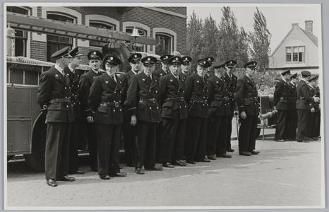 WAT001018048 Vrijwillige brandweer. Nieuwe uniformen. v.l.n.r. Simon Horstman, Henk Hartog, Theo Bochem, Willem ...