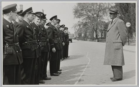 WAT001018046 Vrijwillige brandweer.Nieuwe uniformen. Burgemeester G.G. Post inspecteert de troepen.