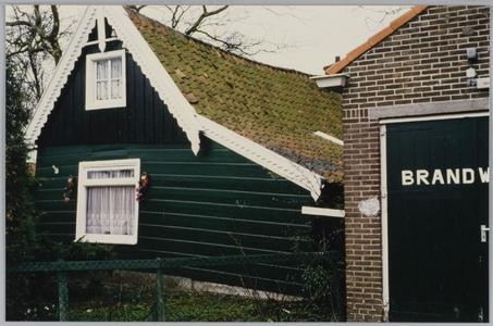 WAT001019716 Dorpsstraat 50.Rechts: garage van de brandweer.