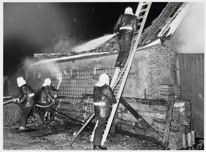 WAT003000219 Een uitslaande brand heeft vanmorgen rond 6 uur een schuur op het erf van de familie G. Vlaar aan de ...