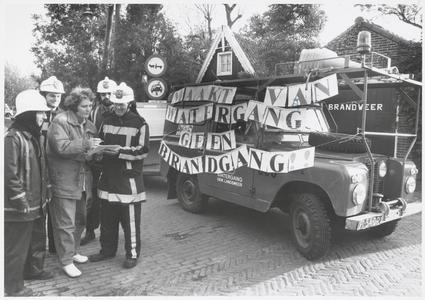 WAT003003255 Foto: Cora van Straten zet de eerste van de 221 handtekeningen voor net behoud van de brandweer op de ...