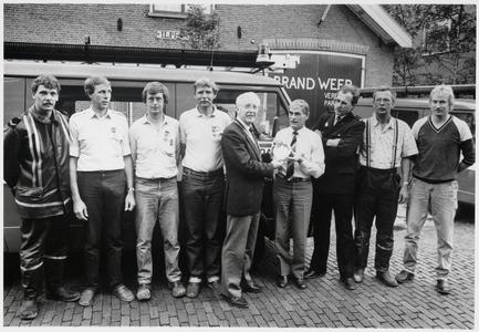 WAT003003943 Foto: Burgemeester Klaas Kerkhoven (midden) overhandigt Theo Schipper een herdenkingsbordje in verbond met ...
