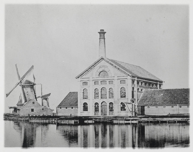 WAT003004360 Oliemolens 'De Visser' en 'Kerkuil'. Oliemolen 'De Visser' gebouwd in 1692 gesloopt in 1877 en in 1878 ...