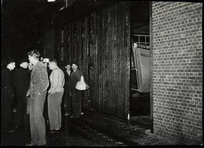 WAT050001592 Brand op de scheepswerf van de fa. Hakvoort op de avond van 2 juni 1955 omstreeks 8 uur. Toeschouwers