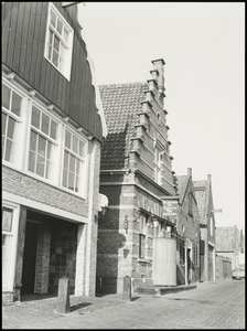WAT050001931 Gevelrij aan het begin van de Havenstraat, o.a. de gevel van de toenmalige bar/discotheek De Koperen Vis