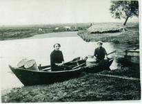 HGOM00000003 Twee vrouwen in een roeiboot aan de boenwal. Links Neeltje Vroom - Wijker en Lena Vroom(zus van ome George ...
