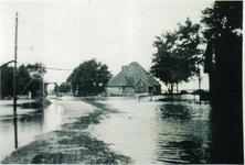 HGOM00000006 Inundatie van de Zeevang. Rechts de boerderij op Middelie van S. Meijn. Links de loods van de firma Vroom. ...