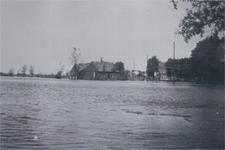 HGOM00000022 Inundatie mei 1940; in het midden het huis met stalletjes van Pieter Plas en Corrie Bakker, rechts buur J. ...