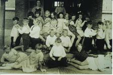 HGOM00000056 Schoolfoto OLS Middelie 1928 Vooraan van links naar rechts; Rikka Wakker, Geertje Blakborn, Piet Klok, ...