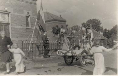 HGOM00000132 Bevrijdingsoptocht mei 1945. Foto mevr. Heukelom. Naast de vlag meester Heukelom
