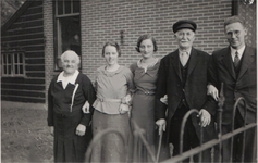 HGOM00000133 Niesje Hooijberg-Huiberts , Maartje Duif-Hooijberg, Atje, dienstmeisje van Dr. Martens, Jan Hooijberg ...