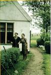 HGOM00000152 Arend en Neeltje Vroom-Wijker voor hun huisje Middelie Noordeinde 9
