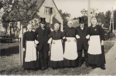 HGOM00000161 v.l.n.r. M. Blakborn, P.Laan, A. Vink, L. Blakborn, D. Klok en Trien Laan. Kermis omstreeks 1930 op de ...