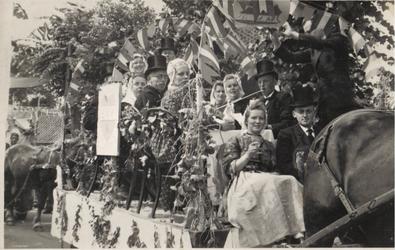 HGOM00000169 Bevrijdingsoptocht mei 1945 toneelvereniging Eendracht maakt machtv.l.n.r:Trien Plas, Alie Feenstra, Jan ...