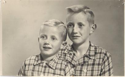 HGOM00000176 Meindert en Jack Worp zoons van Jaap en Marie Worp-Slot woonden op de boerderij naast de melkfabriek(nu ...