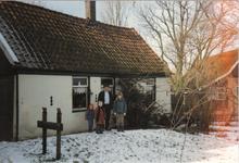 HGOM00000195 Middelie 36, het oude huisje van de Worpjes . Op de foto Kees Kruse met kinderen.