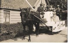 HGOM00000215 Waarschijnlijk 1928; genomen voor Zijvend 45; op de bok Chris Klok. Grietje Beets-Laan, H.Beets, Pietertje ...