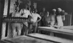 HGOM00000284 Medewerkers van broodbakkerij de Vennoot met o.a, Willem de Ruiter, Henk de Groot en Gerrit Inkelaar