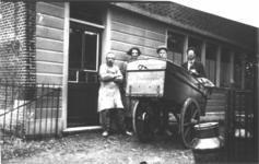 HGOM00000311 Broodbakkerij de Vennoot met vlnr ? , mevr. de Ruiter, Henk de Groot en Gerrit Inkelaar