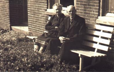 HGOM00000339 Hermanus Vennik en zijn vrouw Adriana Maria van Waveren voor hun huis aan het Zijvend. 24 april 1949