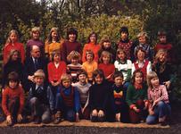 HGOM00000359 Schoolfoto 1973. Boven van links naar rechts: Bertha Bleeker, Sjouke Hamstra, Gerda de Haan, Henk de ...