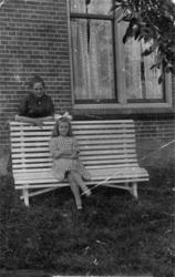 HGOM00000386 Trien Huiberts met haar moeder Wol Huiberts-de Vos