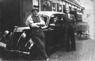 HGOM00000407 uiterst links: Willem de Ruiter, achter het stuur Dirk en Ot rechts