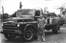 HGOM00000414 Willem Jonk(Max) met de melkwagen waarmee hij 23 jaar langs de boeren reed in Middelie om de pas gemolken ...